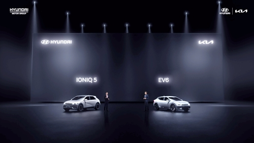 This photo, provided by Hyundai Motor Group, shows the Hyundai IONIQ 5 and the Kia EV6 all-electric models at an online media event in China on April 15, 2021. (PHOTO NOT FOR SALE) (Yonhap)