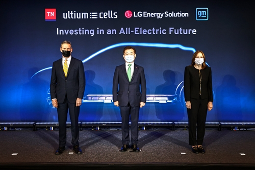 Bill Lee, governor of Tennessee (L); Kim Jong-hyun, CEO of LG Energy Solution Ltd. (C); and Mary Barra, CEO of General Motors Corp., pose for a photo after announcing a plan to build a second electric vehicle battery factory in Tennessee during a press conference in the U.S. state on April 16, 2021, in this photo provided by LG. (PHOTO NOT FOR SALE) (Yonhap)