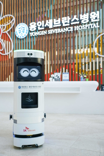 SK Telecom Co.'s 5G-powered disinfection robot roams around Yongin Severance Hospital in Yongin, 49 kilometers south of Seoul, in this photo provided by the company on April 19, 2021. (PHOTO NOT FOR SALE) (Yonhap)