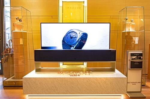 This photo provided by LG Electronics Inc. on April 19, 2021, shows the company's SIGNATURE OLED R TV displayed at a shop of luxury jewelry brand Bvlgari in Zurich, Switzerland. (PHOTO NOT FOR SALE) (Yonhap)
