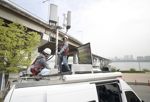 KT Corp. engineers inspect network equipment in this photo provided by the company on April 26, 2021. (PHOTO NOT FOR SALE) (Yonhap)