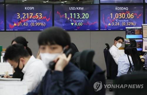 Electronic signboards at a Hana Bank dealing room in Seoul show the benchmark Korea Composite Stock Price Index (KOSPI) closed at 3,217.53 on April 26, 2021, up 31.43 points or 0.99 percent from the previous session's close. (Yonhap)
