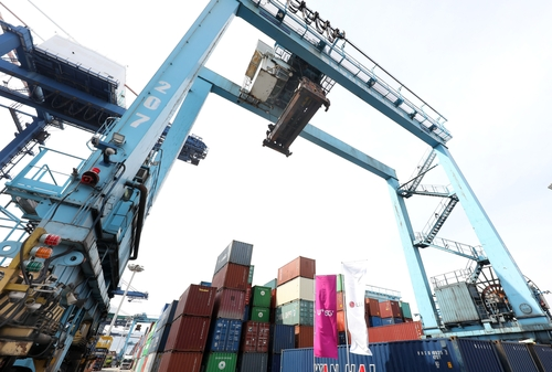 A shipyard crane, equipped with 5G infrastructure, at a container terminal in Busan Port, 453 kilometers southeast of Seoul, is shown in this photo provided by LG Uplus Corp. on April 30, 2021. (PHOTO NOT FOR SALE) (Yonhap)