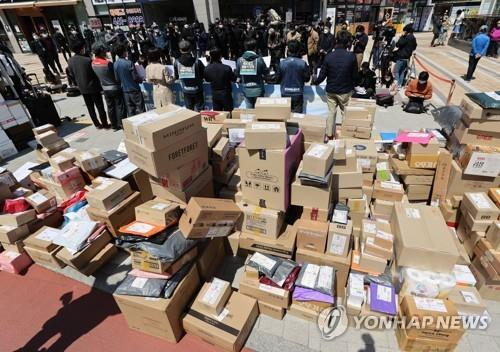 In this file photo, a delivery workers' union holds a press conference to announce the suspension of door-to-door delivery service at an apartment complex in eastern Seoul on April 14, 2021. (Yonhap)
