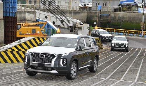 This photo taken on May 15, 2021, and provided by Hyundai Motor shows Palisade SUVs that will be exported to the Democratic Republic of Congo at a port in Pyeongtaek, 70 kilometers south of Seoul. (PHOTO NOT FOR SALE) (Yonhap)