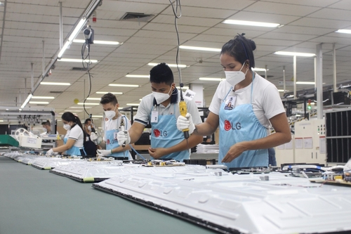 This photo provided by LG Electronics Inc. on June 1, 2021, shows workers at the company's plant in Manaus, Amazonas, northwestern Brazil. (PHOTO NOT FOR SALE) (Yonhap)