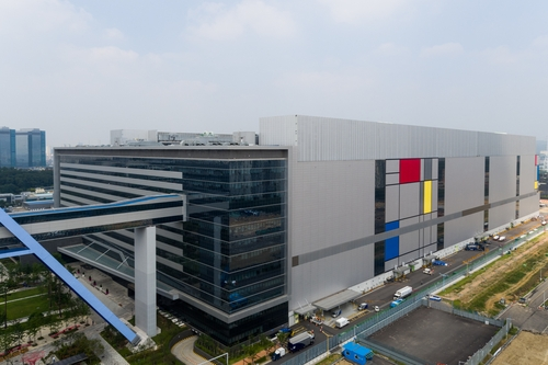 This photo provided by Samsung Electronics Co. on June 9, 2021, shows the company's foundry factory in Hwaseong, south of Seoul. (PHOTO NOT FOR SALE) (Yonhap)