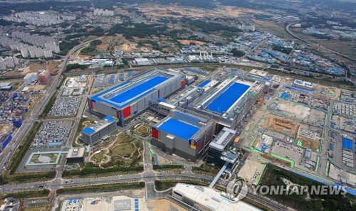 This photo provided by Samsung Electronics Co. on May 21, 2020, shows the company's chip factory in Pyeongtaek, 70 kilometers south of Seoul. (PHOTO NOT FOR SALE) (Yonhap)