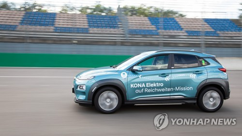 Hyundai Motor Co. evaluates the driving range of the Kona Electric in a test run in Germany, in this file photo provided by the Korean automaker on Aug. 14, 2020. (PHOTO NOT FOR SALE) (Yonhap)