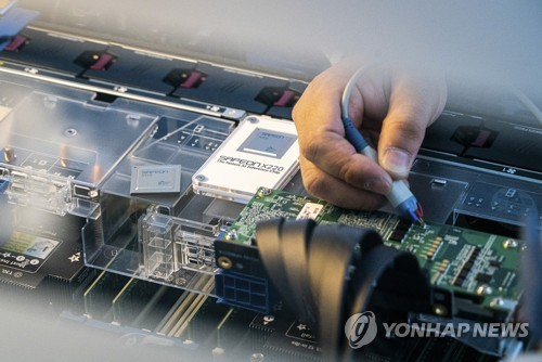 This file photo, provided by SK Telecom Co. on Nov. 25, 2020, shows its artificial intelligence semiconductor, the SAPEON X220. (PHOTO NOT FOR SALE) (Yonhap)