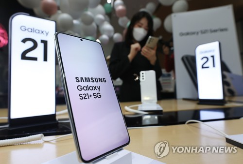 This file photo taken Jan. 15, 2021, shows Samsung Electronics Co.'s Galaxy S21+ 5G smartphone displayed at a store in Seoul. (Yonhap)