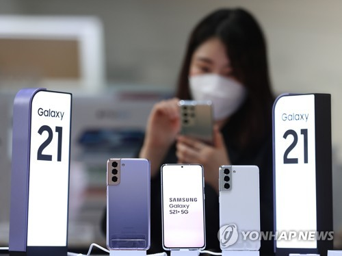 Samsung Electronics Co.'s Galaxy S21 series smartphones are on display at KT Corp.'s headquarters in central Seoul in this file photo taken Jan. 15, 2021. (Yonhap)