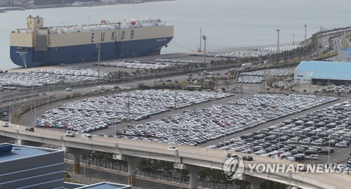 This file photo taken on April 1, 2021, shows vehicles awaiting to be shipped for exports at Hyundai Motor Co.'s port in Ulsan, 414 kilometers southeast of Seoul. (PHOTO NOT FOR SALE) (Yonhap)