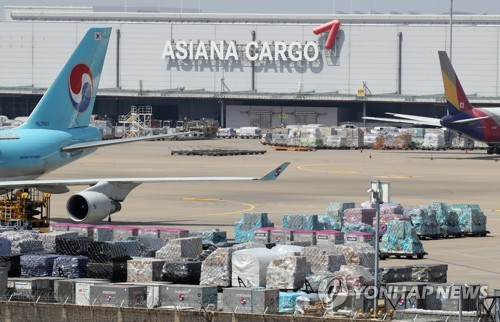 Asiana Airlines Inc.'s cargo terminal at the Incheon International Airport, South Korea's gateway, is seen in this photo taken on April 15, 2021. (Yonhap)