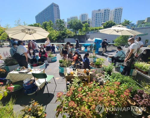 Expat families take part in a garden design program at Malli-dong Square in Seoul on May 9, 2021, as part of the Seoul International Garden Show. (Yonhap)