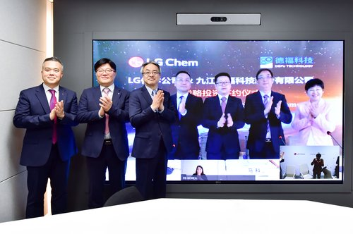 In this photo taken on May 16, 2021, and provided by LG Chem, the company's Senior Vice President Nam Cheol (3rd from L), DeFu owner Ma Ke (2nd from R, on screen) and other officials from the two companies clap after signing a stake investment deal. LG Chem and DeFu officials attended a ceremony to mark the signing from South Korea and China, respectively, via video link. (PHOTO NOT FOR SALE) (Yonhap)