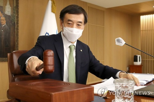 BOK Gov. Lee Ju-yeol hits the gavel at a monetary policy meeting in Seoul on May 27, 2021, in this photo provided by the BOK. (PHOTO NOT FOR SALE) (Yonhap)